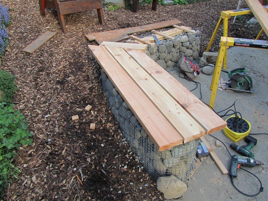 Gabion bench thirteenvegetables for Banc en bois exterieur